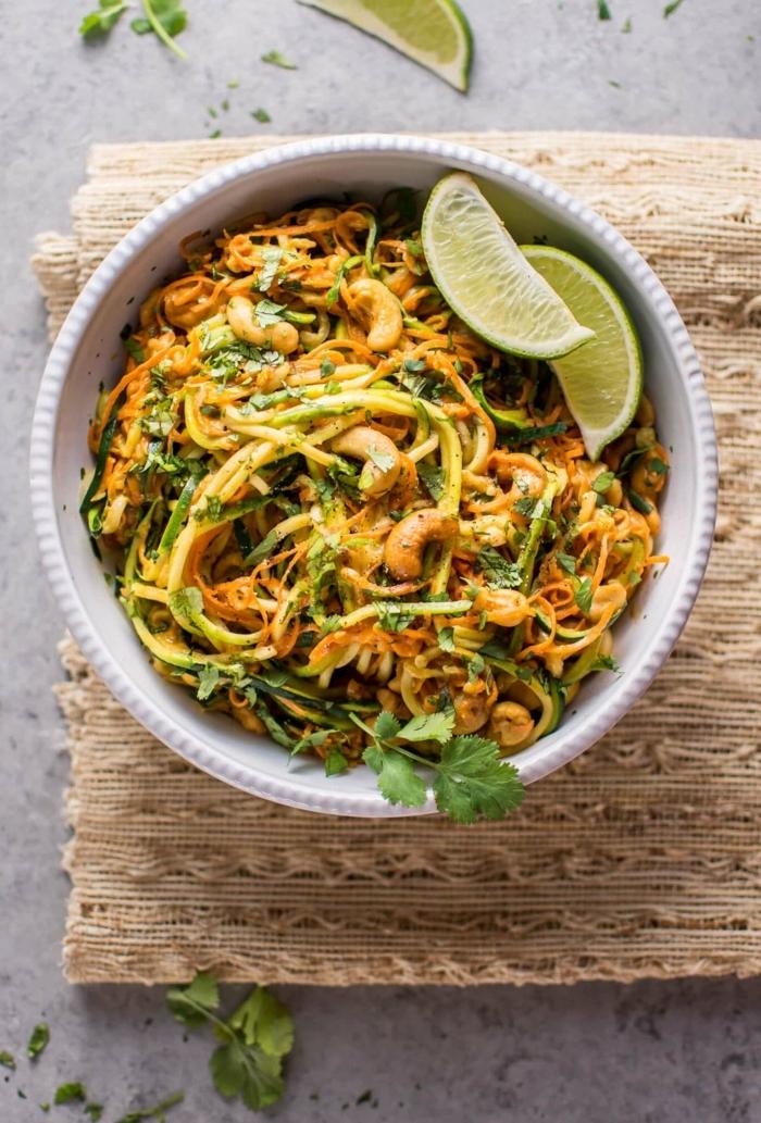 zucchini spaghetti rezept, leckere gerichte mit zudeln, mittagessen ideen, zoodles mit limetten und cashewnüssen