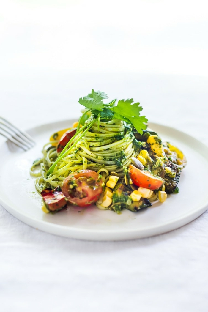 zucchini spaghetti rezept, low carb pasta salat mit cherry tomaten, mais, oliven und kräutern