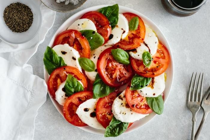 10 besten salate, caprese rezept mit tomaten, mozzarella und basilikum