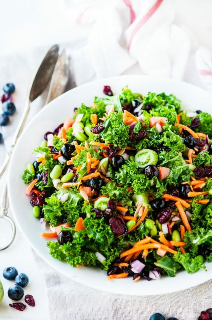10 besten salate, gesunde rezepte zum abenhmen, schwarze oliven, herbstsalat ideen