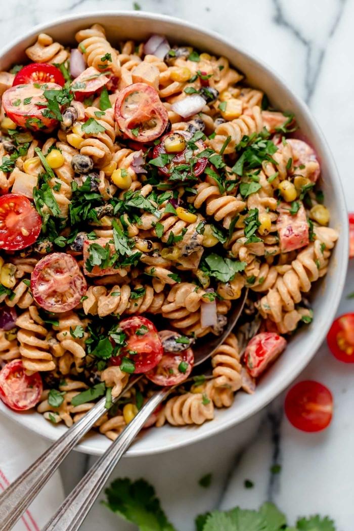 10 besten salate, leckeres mittaessen, pastasalat mit cherry tomaten, mais und soße