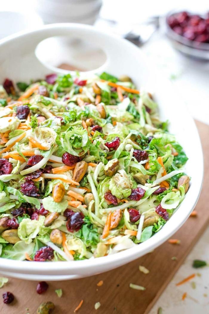 10 besten salate, low carb abendessen, gesunder sommersalat mit kraut, karotten, getrockneten tomaten und nüssen