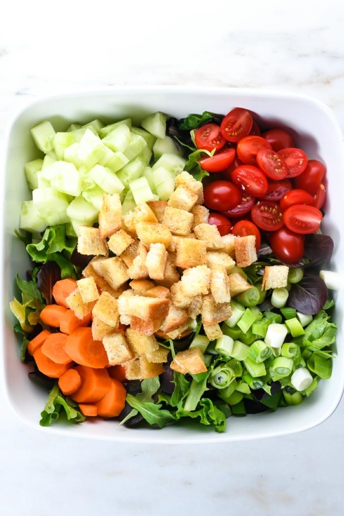 10 besten salate, mittagessen ideen, brotsalat mit cherry tomaten, gurken und karotten