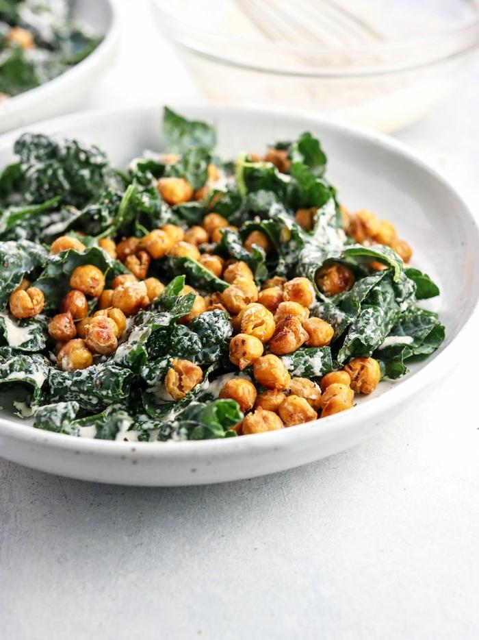10 besten salate, veganes abendessen ideen, kichererbsen mit spinat und soße