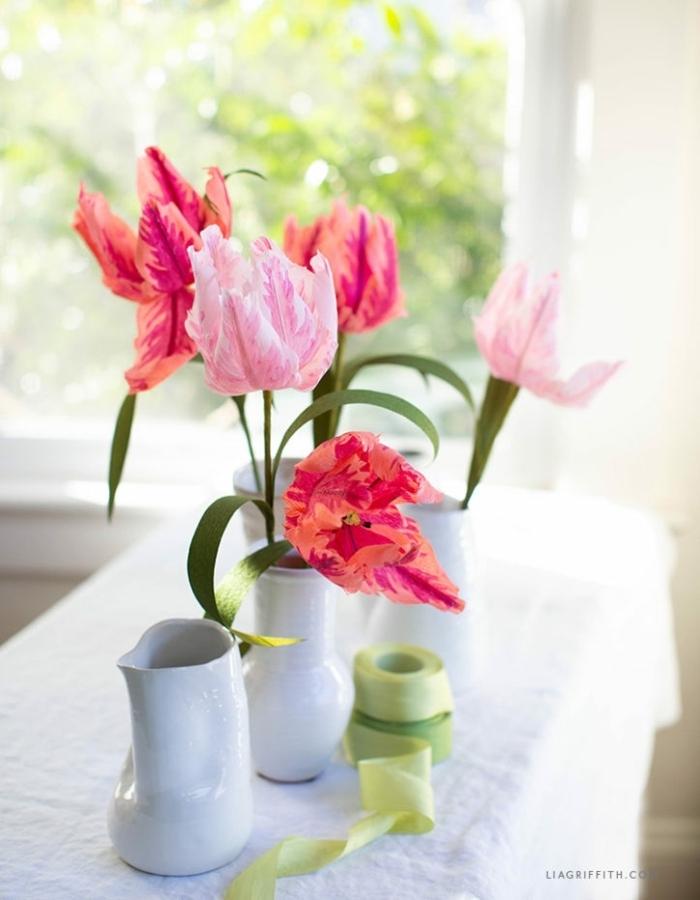 blumen aus krepppapier basteln hochzeit, hochzeitsdeko ideen, selsbtgemachte papierblumen