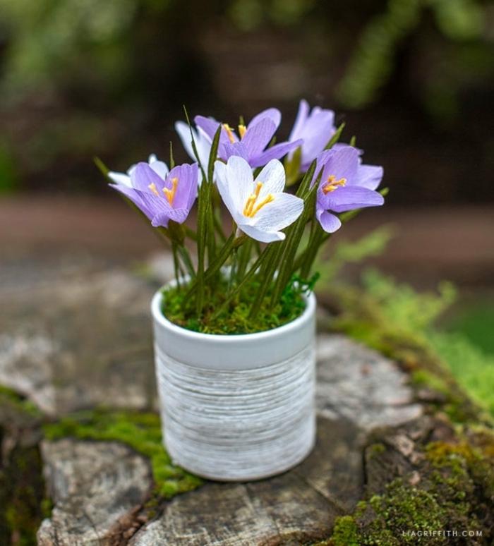 blumen aus krepppapier basteln hochzeit, kleine lila papierblumen, diy bastelideen f+r den frühling