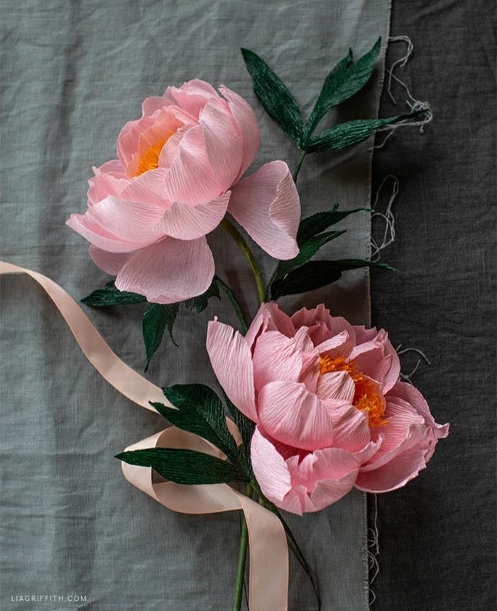 basteln mit krepppapier, große rosa papierblumen, hochzeitsdeko selber machen