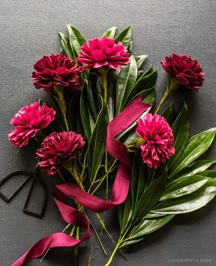 blumen aus krepppapier basteln hochzeit, selsbtgemachte papierblumen, frühlingsdeko für den tisch
