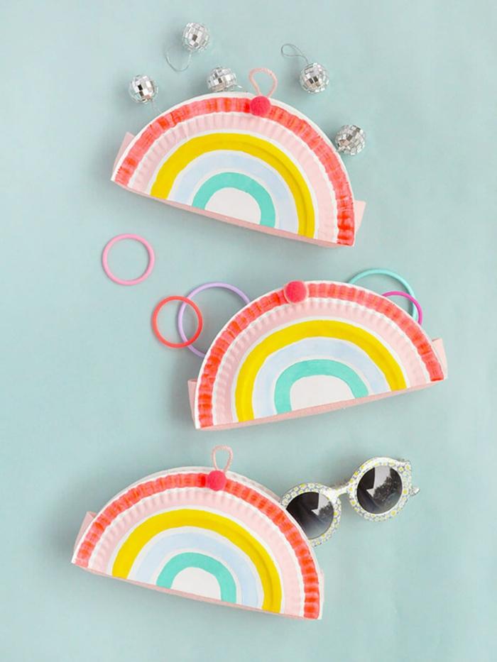 Drei gebastelte Regenbogen aus Pappteller, Muttertag basteln kinder Pinterest, Haargummis und Sonnebrille