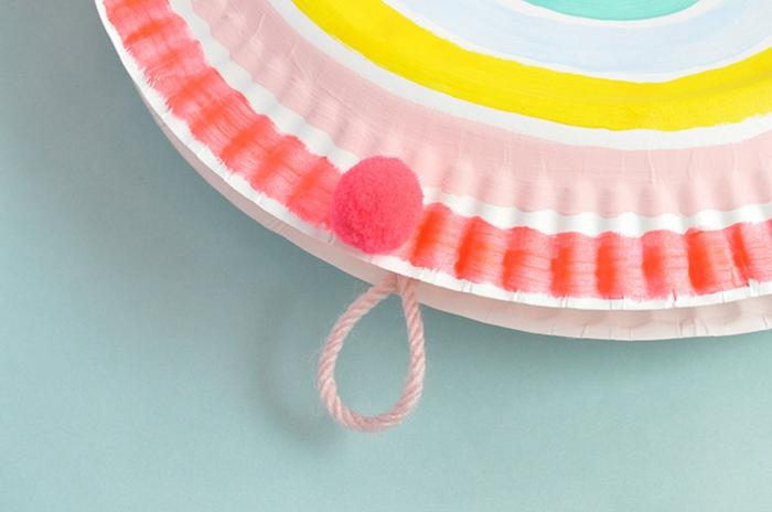 kleiner Pompon auf einem bunten Pappteller, DIY Anleitung, Schritt für Schritt, Regenbogen basteln