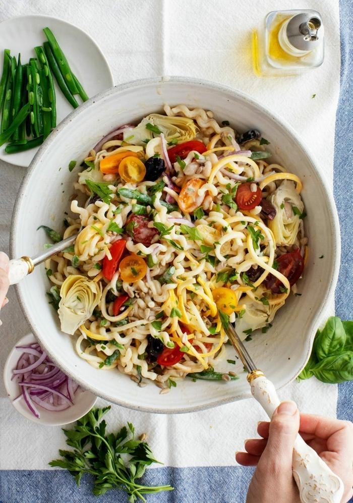 salat rezepte, die besten vorschläge, pasta mit roten und gelben cherry tomaten, kräutern und bohnen