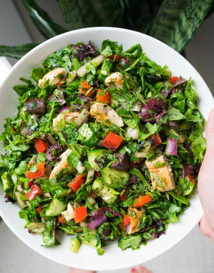 salat rezepte einfach und schnell, hänchenbrust mit grünen salatblättern, rotem paprika und oliven