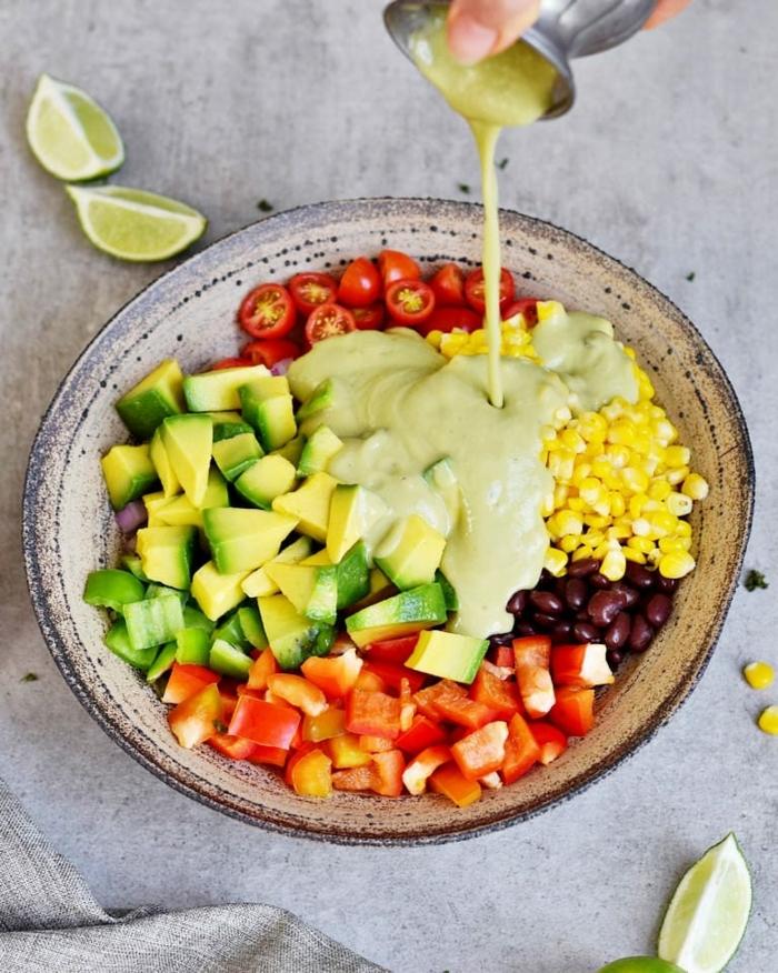 salat rezepte einfach und schnell, partysalat mit paprika, mais, avocado und schwarzen bohnen