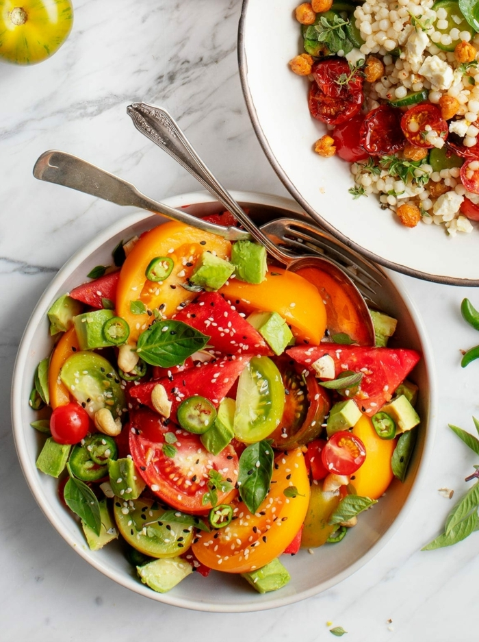 salat rezepte einfach und schnell, gesund essen, summersalat mit roten und gelben tomaten