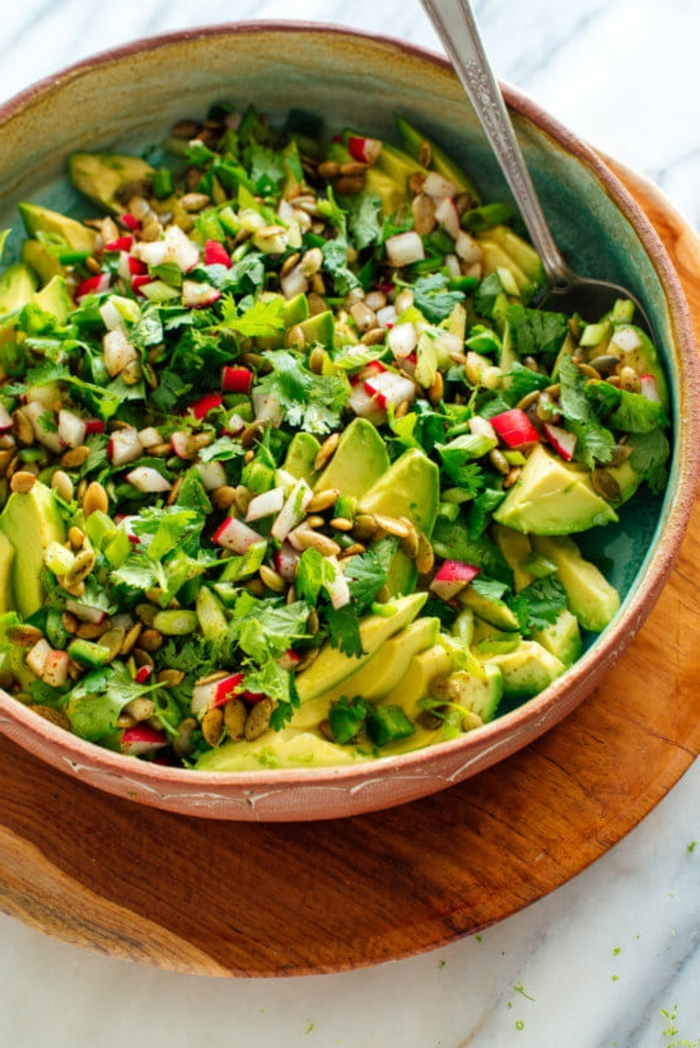 salat rezepte, gesundes mittagessen, geschnittene avocado, grüne salatblätter, radieschen, frühlingssalat