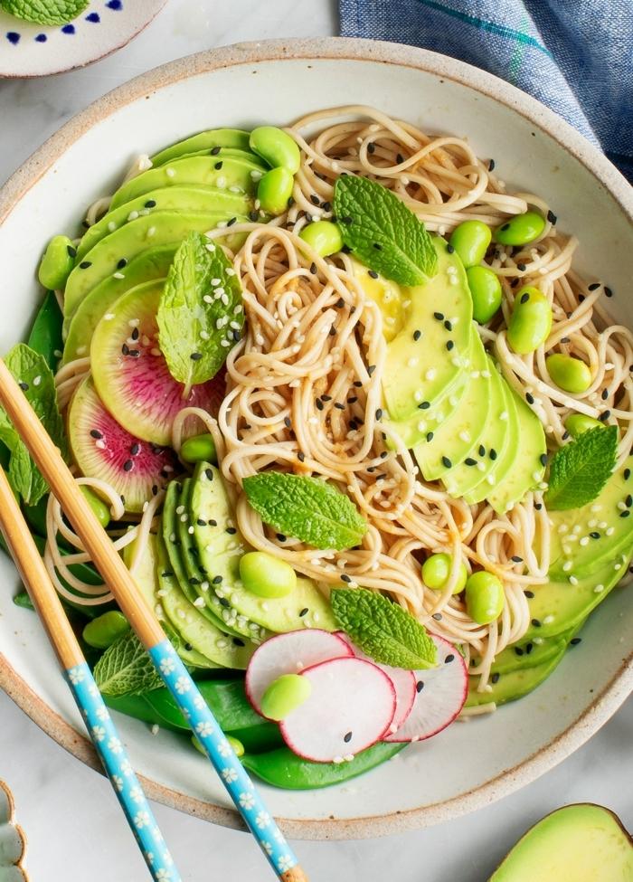 salat rezepte, nudelsalat mit avocado, grünen bohnen, radieschen und pfefferminze