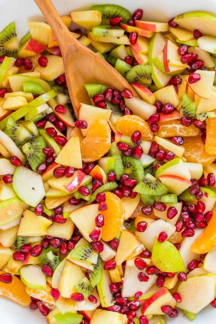 salat rezepte einfach und schnell, obstsalat mit kiwi, mandarinenm mango und granatapfelsamen