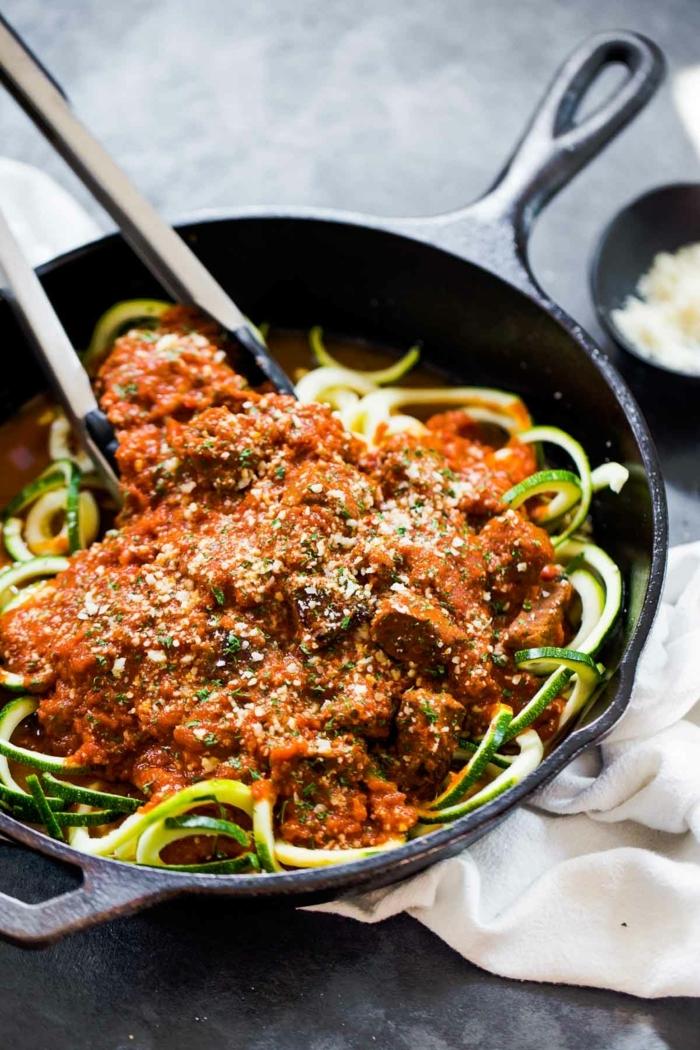 zucchini spaghetti bolognese garniert mit parmesan käse, was koche ich heute