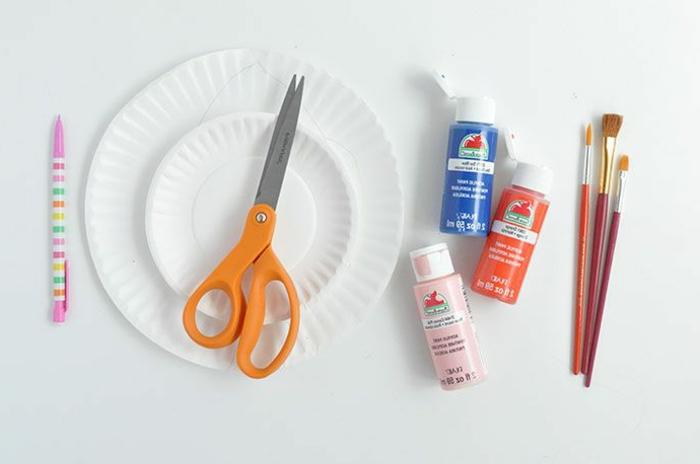 Bastelbedarf Farben und Pinseln, zwei Teller aus Pappe, Fisch aus Pappteller basteln, DIY Anleitung