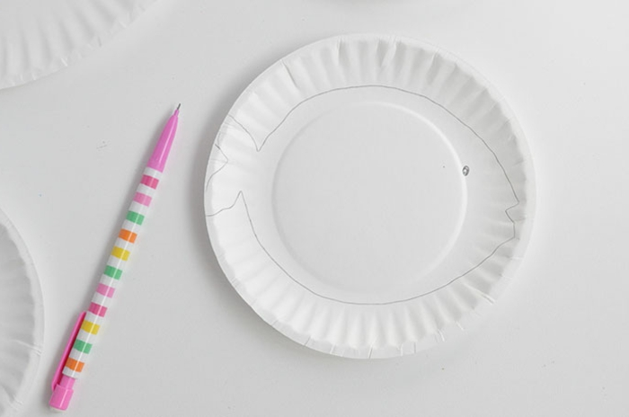 gezeichnete Fisch auf einem weißen Pappteller, bunter Kugelschreiber, Unterwasserwelt basteln