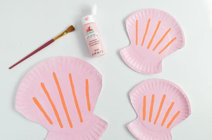 Drei bemalte in pink und orange Muscheln, Aquarium basteln, DIY Anleitung, mittelgroßer Pinsel,