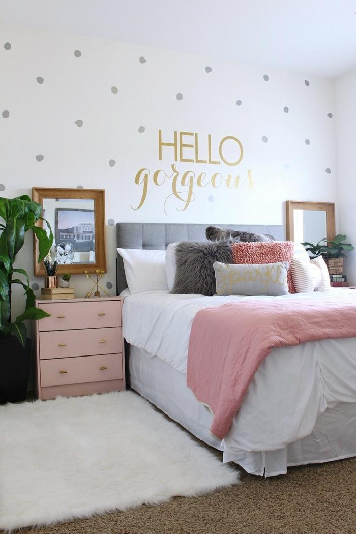 pinterest zimmer dekorieren, weiße wand dekoriert mit silbernen und goldenen stickers