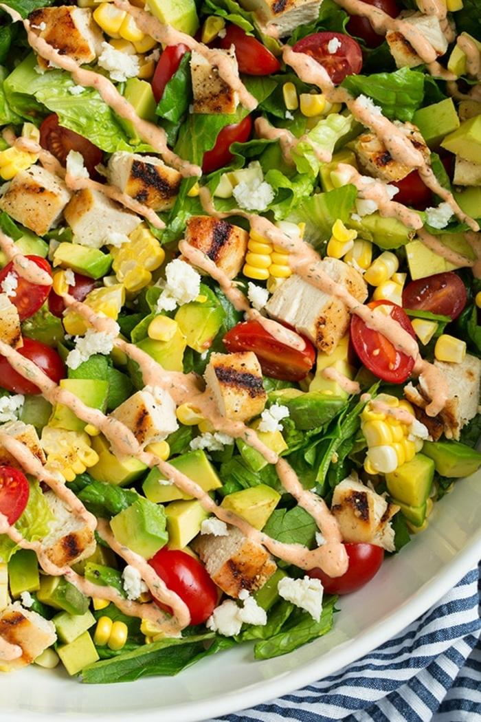 salat zum grillen, die besten rezepte, gesundes mittagessen, sommersalat mit gemüse und hänchenflisch
