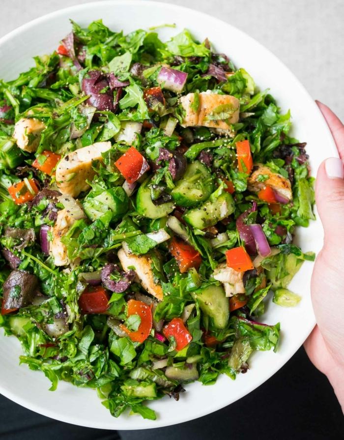 salat zum grillen, gegrillte hänchenbrust mit gurken, tomaten, zwiebel und salatblättern