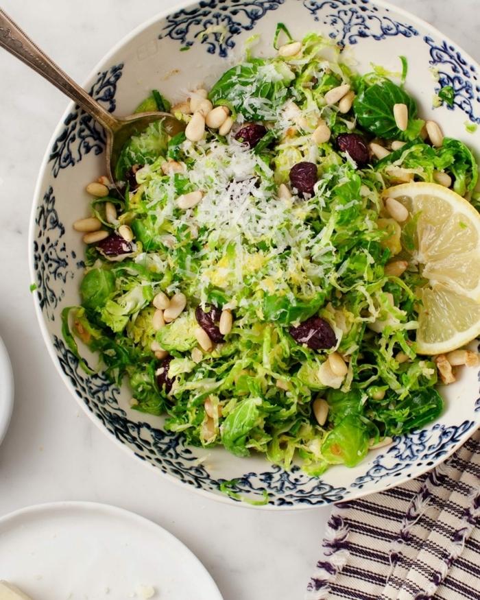 leckere salate, die besten ideen, gesunde salatenrezepte, sommersalat garniert mit samen und zitrone