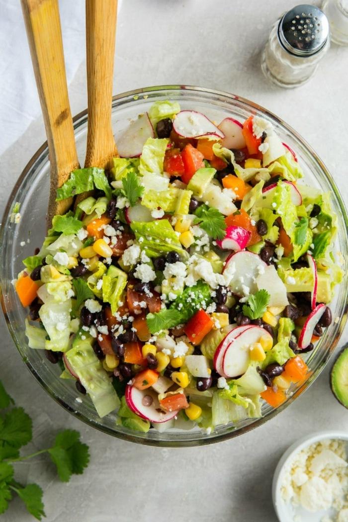 leckere salate, die besten ideen, rezept mit avocado, ziegenkäse, schwarze bohnen und radieschen