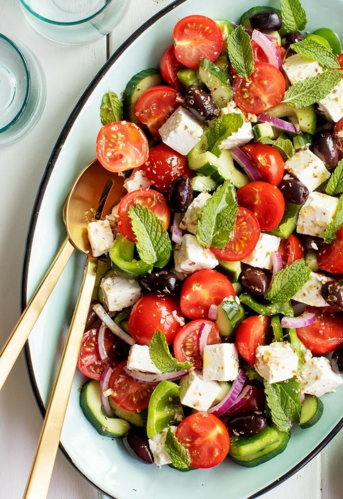 leckere salate, die besten slatenrezepte, sommersalat mit cherry tomaten, ziegenkäse, oliven und zwiebel garniert mit ziegenkäse
