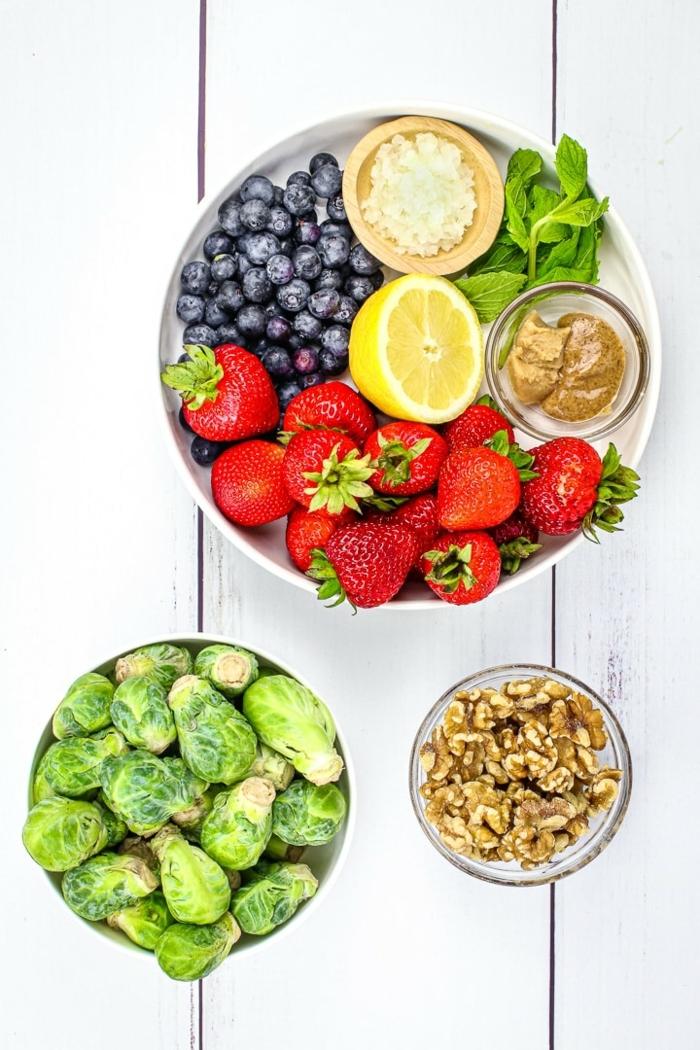 leckere salate einfach und schnell, sommersalat mit erdbeeren, blaubeeren und nüssen
