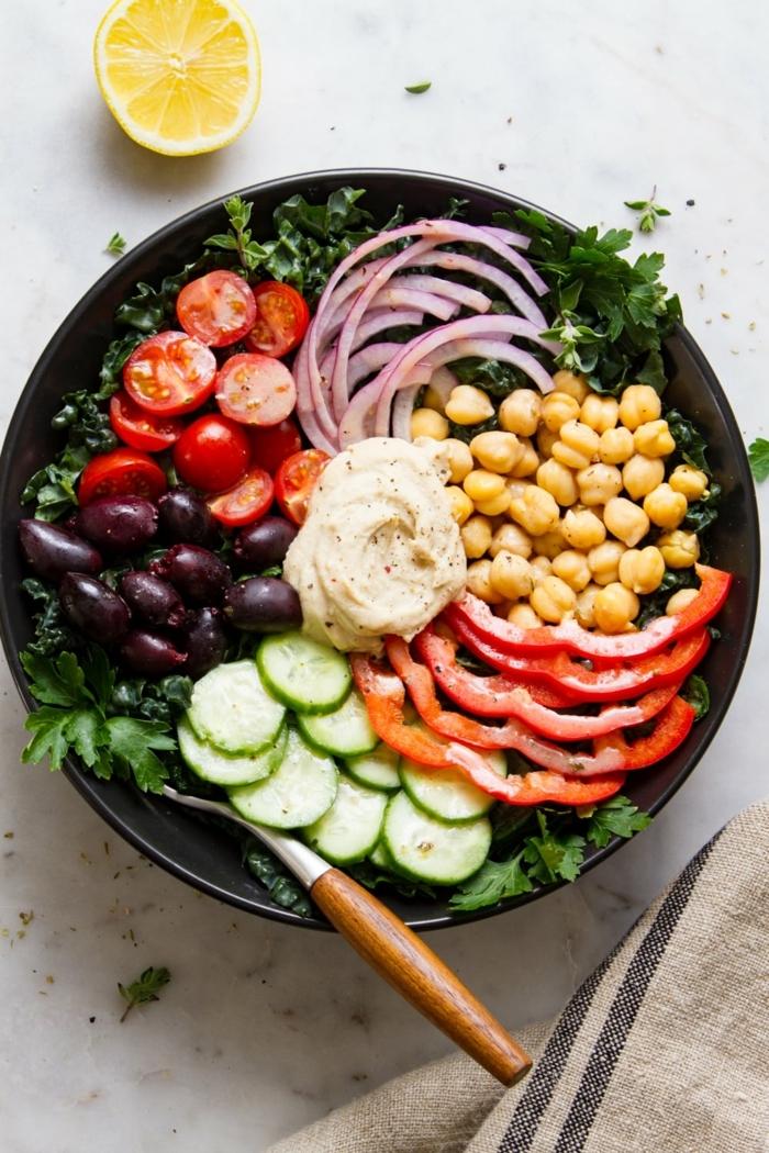 leckere salate ideen, gesundes abendessen, hebstsalat mit rotem paprika, tomaten, oliven und kichererbsen