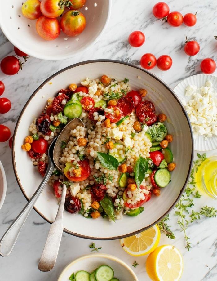 leckere salate ideen, gesundes mittagessen, hebstsalat mit quinoa, tomaten, zucchini und basilikum