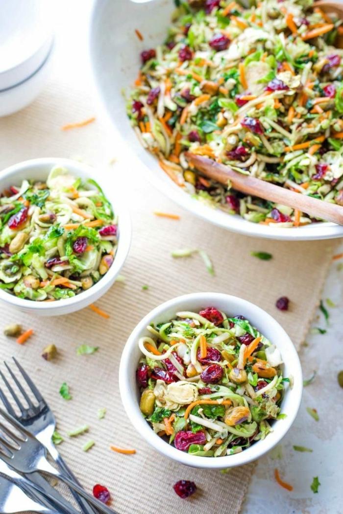 leckere slaate zum abnehmen, gesund essenm slatrezept mit sommergemüse