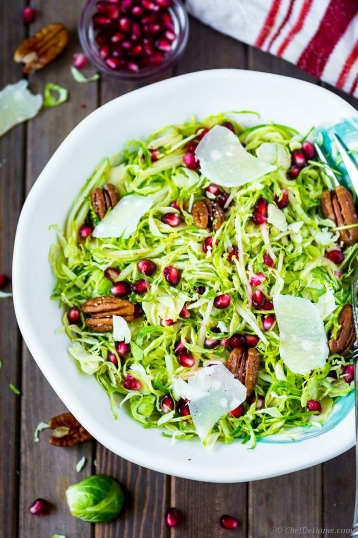 leckere salate zum abnehmen, sommersalat mit zucchini, granatapfensamen und pekannüssen