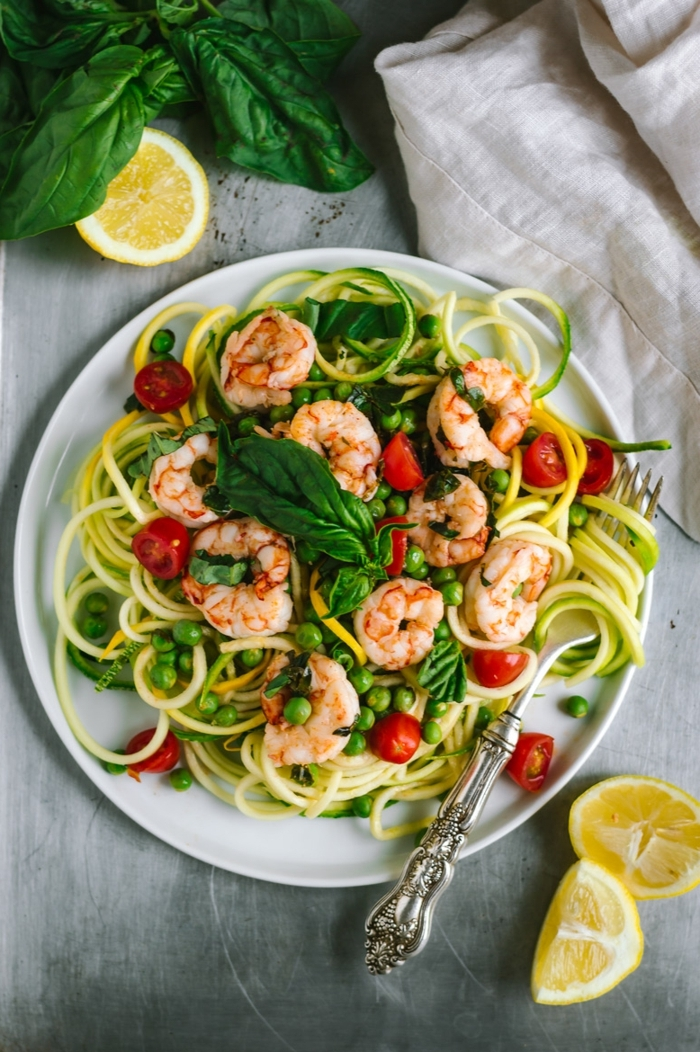 zucchini spaghetti mit garnelen, abendessen low carb, cherry tomaten, frischer basilikum