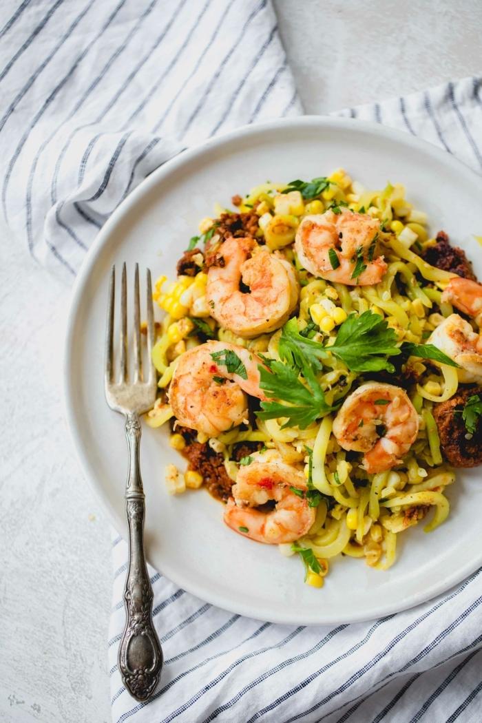 zucchini spaghetti mit garnelen, chorizo zoodles zubereiten, leckere rezepte für jeden tag