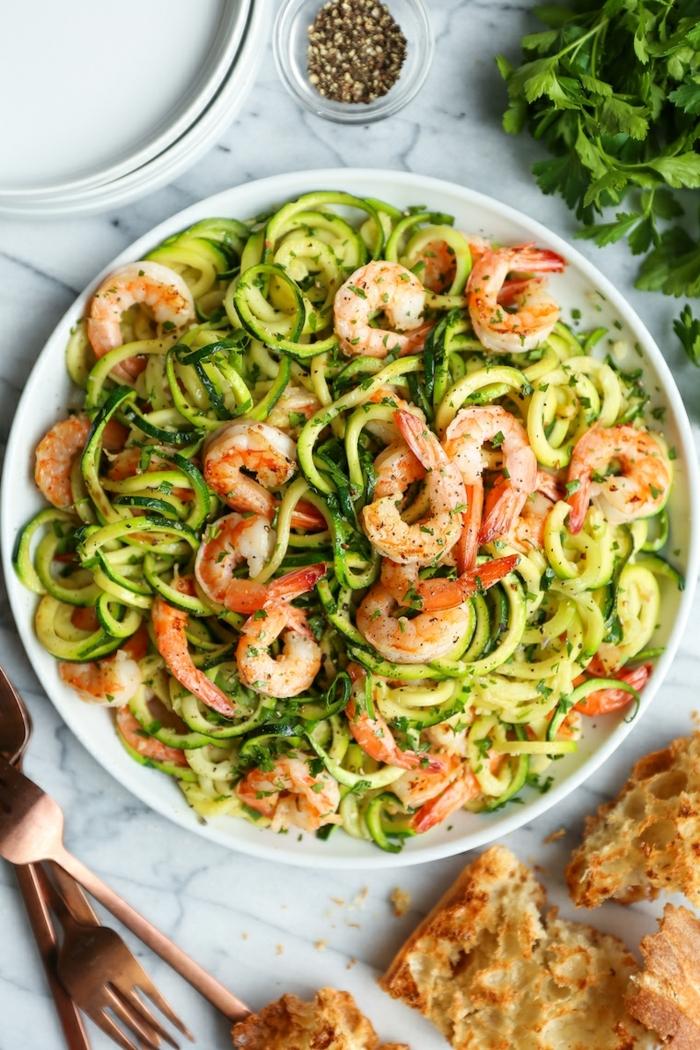 zucchini spaghetti mit garnelen, low carb essen, abendessen ideen, gemüsenudeln