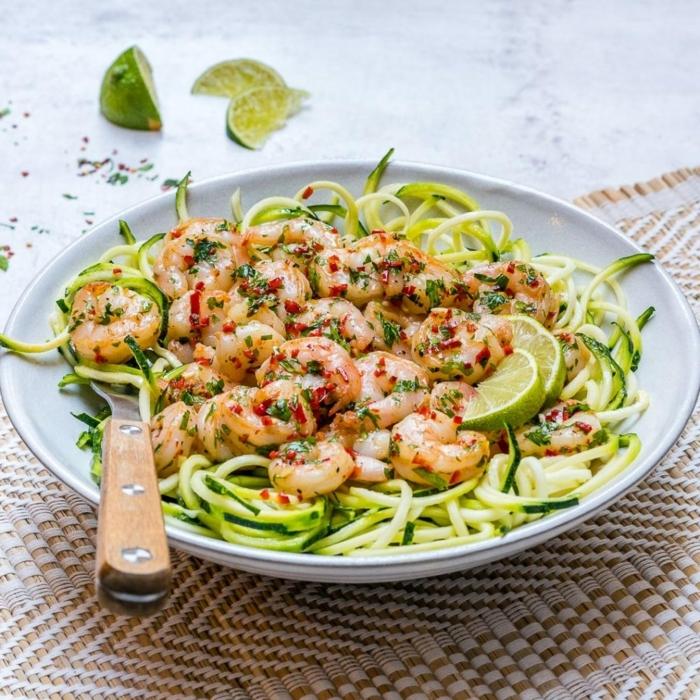 was koche ich heute, zucchini spaghetti mit garnelen und limetten, chili flocken