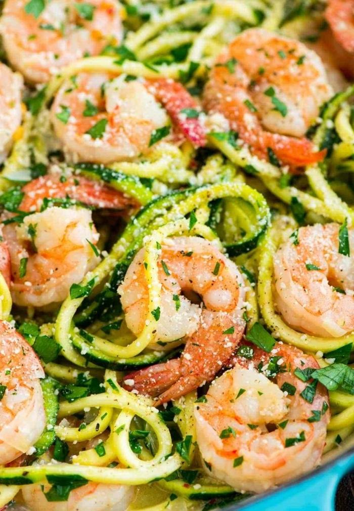zucchini spaghetti mit garnelen und parmesan, low carb zudeln, eifnache zubereitung