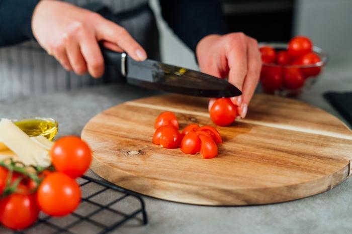zucchini spaghetti rezept, cherry tomaten halbieren, kohlenhydratarme ernährung