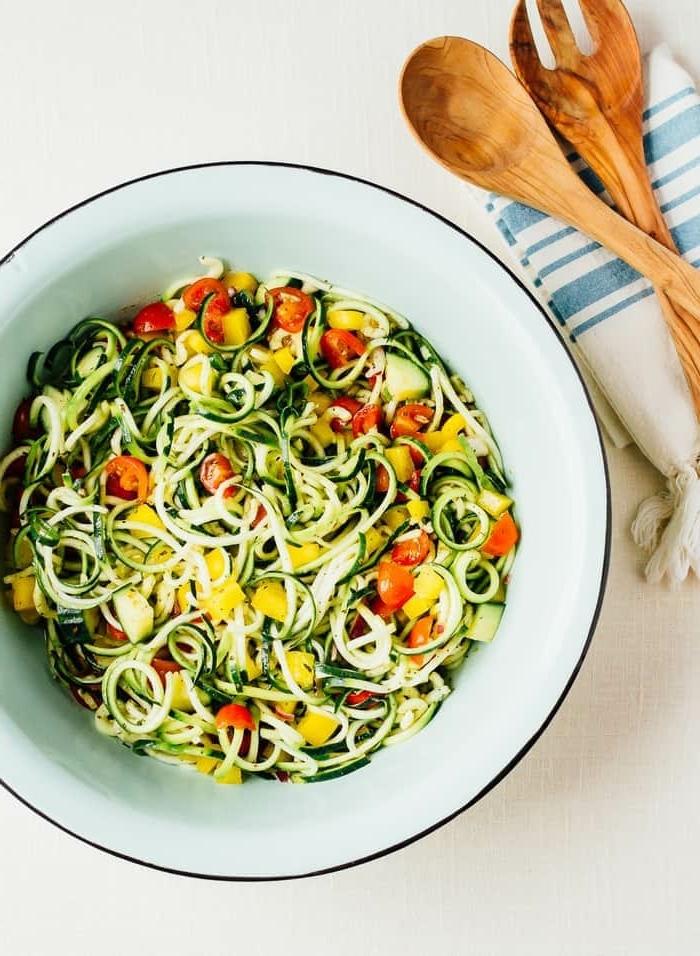 leckere rezepte mit zucchini, gesunder salat aus zoodles, rote chery tomaten, paprika und gurken