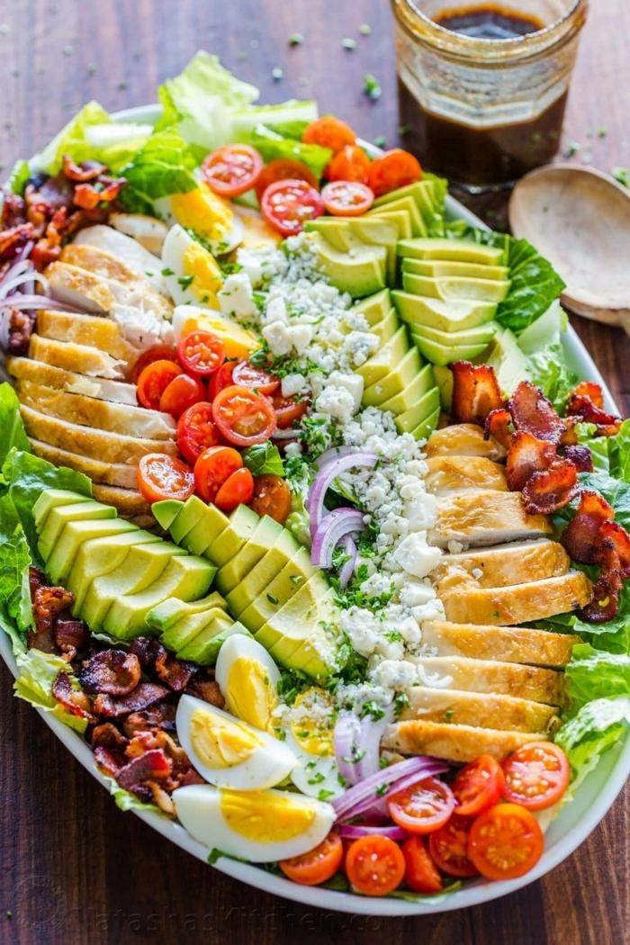 leckere salate für party, gesunde rzeepte für jedne tag, hänchenbrust mit avocado, bakon, eiern, und tomaten