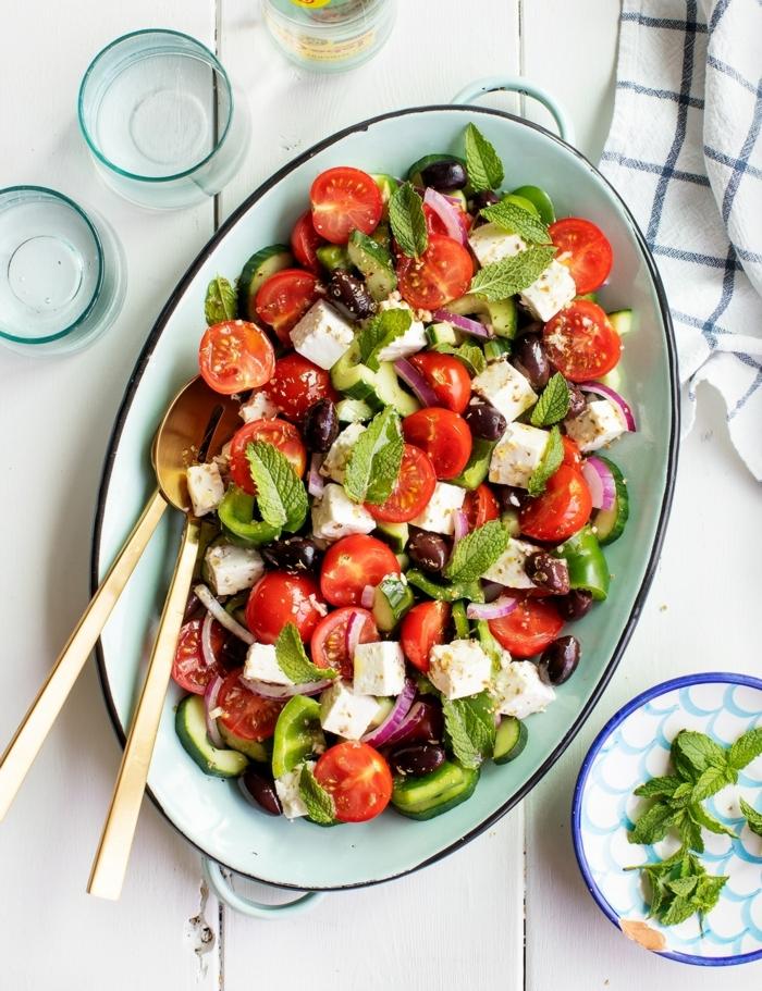 leckere salate für party, gesunde rzeepte für den sommer, commersalat mit cherry tomaten und ziegenkäse