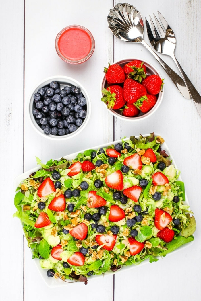 leckere salate für party, gesunde rezepte, sommersalat mit blaubeeren und erdbeeren