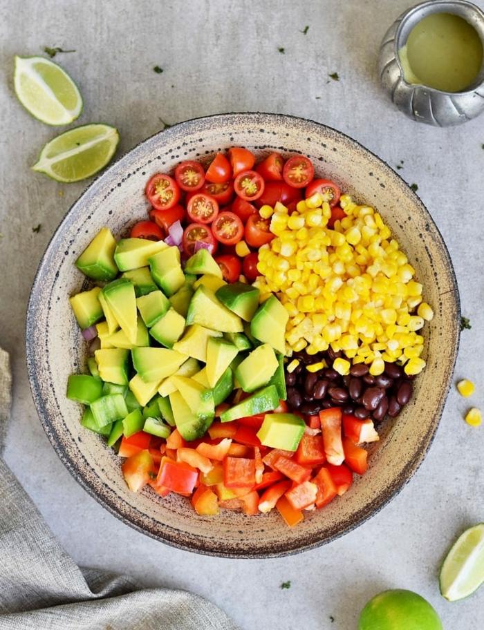 leckere salate für party, gesundes partyessen, partysalat mit avocado, paprika, tomaten, mais und bohnen