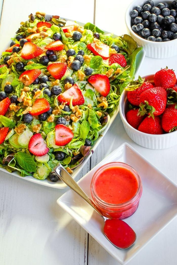 leckere salate für party, partyessen ideen, gesunde rezepte, sommersalat mit erdbeeren, blaubeern und nüssen