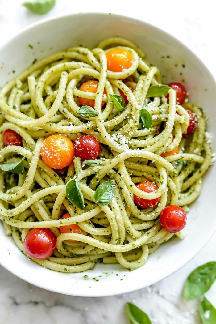 pasta mit zucchini und tomaten, zpoodles mit garnelen garniert mit frischem schwarzem pfeffer