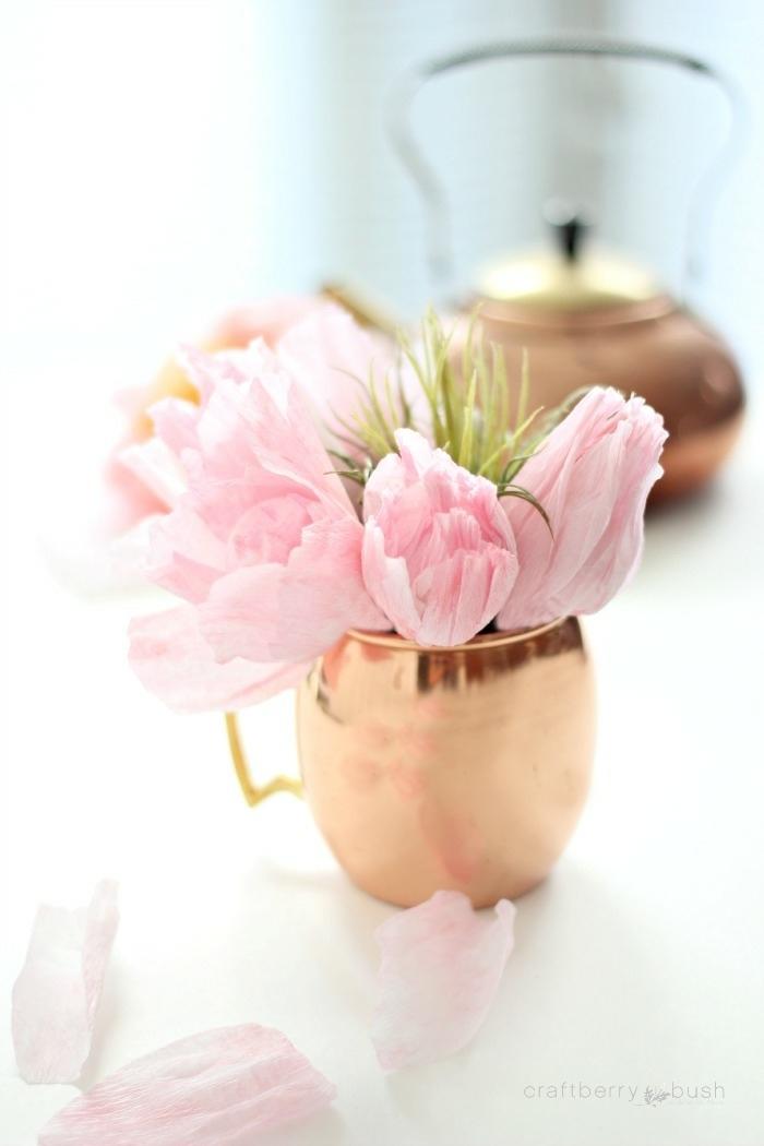 tolle rosen aus papier schnell und einfach, selbstgemachte blumen aus rosa krepppapier